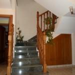 Balaustrada clásica y armario bajo escalera