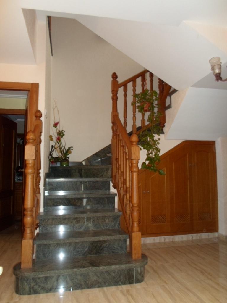 Mobiliario de viviendas ebanister a for Barra bajo escalera