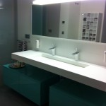 Composición baño aguamarina-blanco