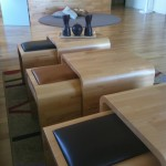 Mesita de centro con asientos bajo, en madera y piel